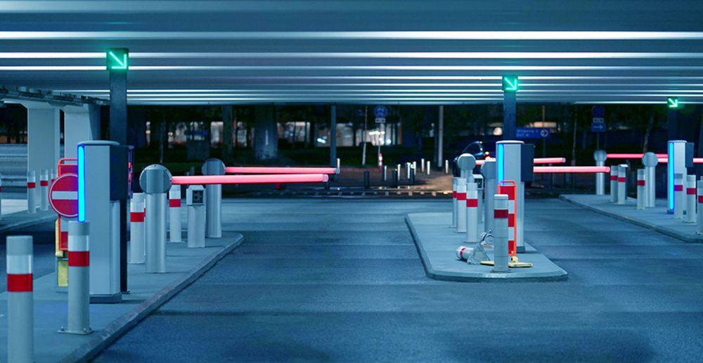 Entrée de parking souterrain avec plusieurs barrières levantes