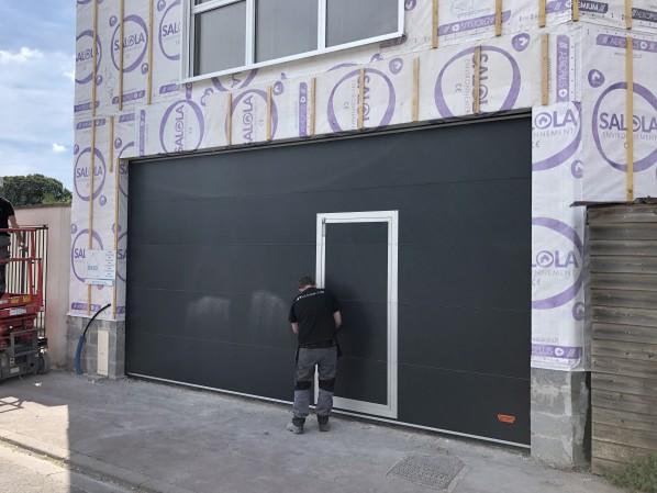Installation d'une porte Rolflex à empilement sur elle même sur Lille vue le d'extérieur.
