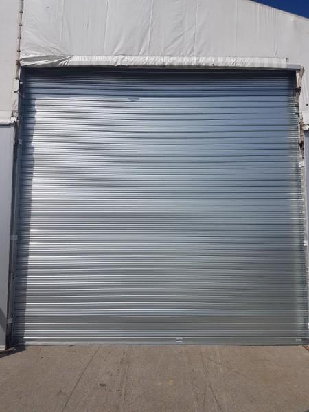 Installation d'un rideau métallique spécial grand vent sur Dunkerque.