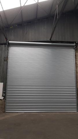 Installation d'un rideau métallique grand vent de grande taille sur Cambrai vue de l'intérieur
